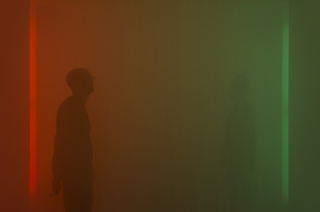 Marion Mounic, Chroma, 2018, installation in situ, tubes fluorescents, gélatines, brouillard artificiel